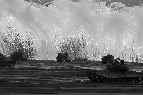 日本を守る!! 自衛隊最新「主要装備」図鑑は約90分のDVD付き!