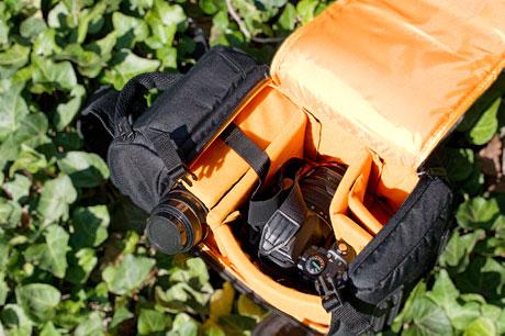 Amazonベーシックの「一眼レフカメラ用スリングバッグ」は、1980円とは思えないクオリティっす